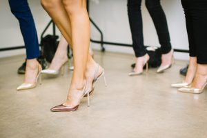 ヒール靴を履く女性達