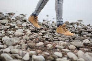 石の上を歩く
